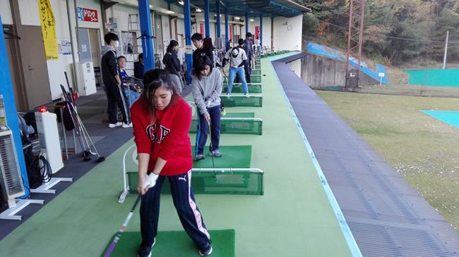 ゴルフ練習場での練習風景①