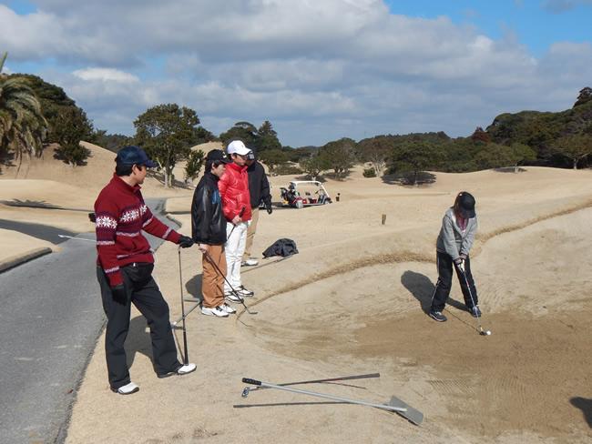 ゴルフクラブでの授業では、クラブにある様々な施設を利用しながら学習します